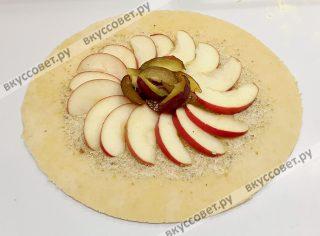 Для яблочной галеты вторую часть теста также раскатать в пласт