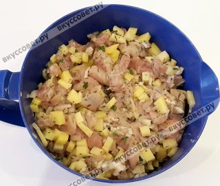 Картофель, мясо, лук и зелень перемешать