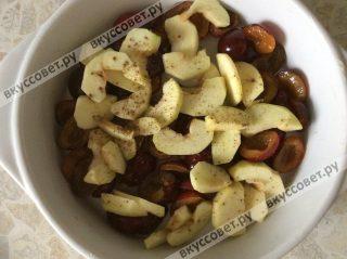 Форму смазываем сливочным маслом и выкладываем сливу и яблоки