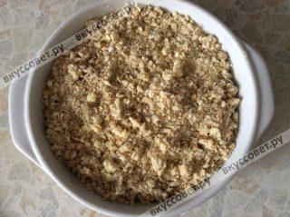 Затем накрываем сливу с яблоками овсяной крошкой и отправляем в разогретую до 180 градусов на 30-35 минут