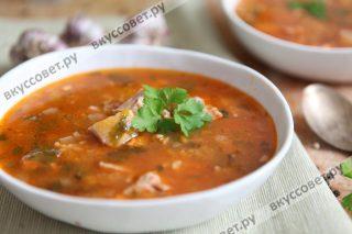 Разливаем горячий суп по тарелкам и подаем к столу