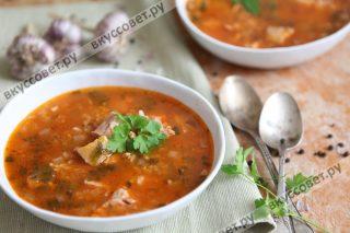 Уверена, что у каждой грузинской семьи есть свои секреты приготовления супа харчо, но сегодня мы приготовили очень вкусный, наваристый суп харчо по классическому рецепту