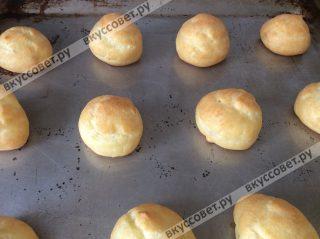 Выпекаем пироженые в разогретой до 200 градусов духовке в течении 10-15 минут, время зависит от вашей духовки и размера шу