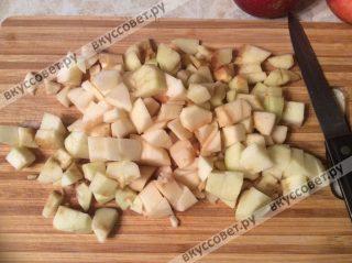 Яблоки моем, чистим от семян и кожуры, затем нарезаем на средней величины кубики