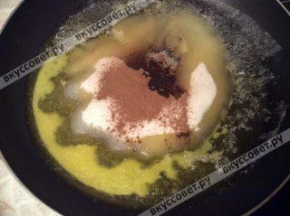 На сковороде растапливаем 100 грамм сливочного масла, 150 грамм сахара, корицу и мускатный орех