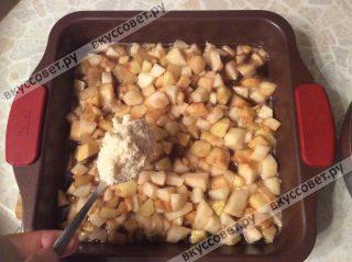 Затем посыпаем яблоки крошкой, аккуратно ровняем по всей поверхности крамбла