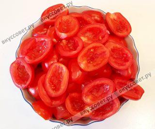 Спелые мясистые помидоры небольшого размера (у меня небольшие сливки) помыть, обсушить полотенцем, разрезать на две части, удалить плодоножку