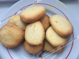 Выпекаем печенье в разогретой до 180 градусов духовке в течении 10-12 минут