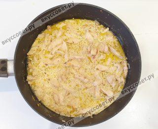 К мясу добавить сливочный соус и обжарить еще 2-3 мин