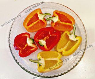 Перцы сбрызнуть снаружи и внутри растительным маслом