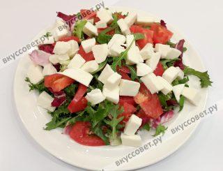 Выложить сыр Моцареллу и вяленые томаты