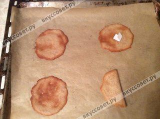 Выпекаем печенье в разогретой до 180 градусах духовке 5-6 минут, как только края стали коричневыми, значит печенье готово