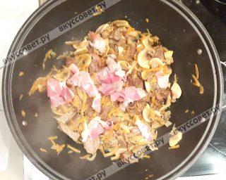 Затем добавить бекон и снова слегка обжарить