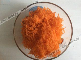 Морковь чистим и натираем на терке со средними делениями