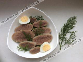 Отвариваем перепелиные или куриные яйца, чистим их и нарезаем пополам