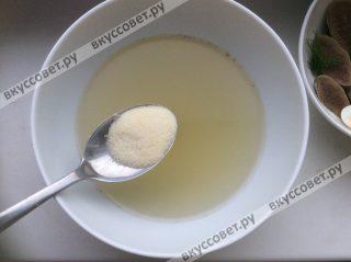 На один стакан горячего бульона, в котором варился язык нам понадобится половина столовой ложки желатина