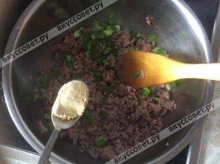 Добавляем к обжаренному фаршу порезанный зеленый лук и молотый имбирь