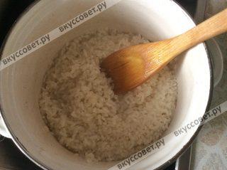 Длиннозерновой рис моем и отвариваем до готовности