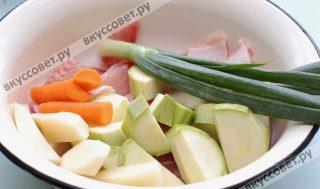 Подготавливаю овощи: картофель, морковь пою и чищу, разрезаю их на части