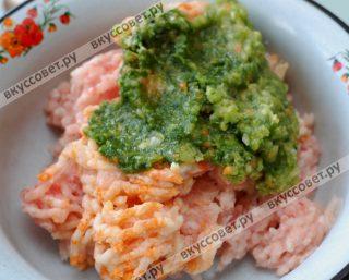 Филе рыбы, лук репчатый и зеленый, морковь пропускаю через мясорубку в емкость