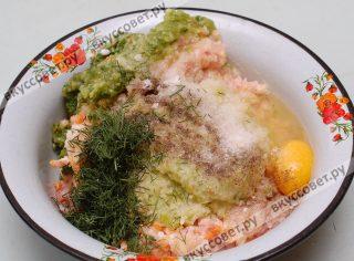В фарш также добавляю 1 яйцо, мелко нарезанный укроп, соль и перец молотый черный по вкусу
