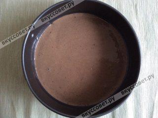 Затем выливаем в форму йогурт с какао и убираем в морозильную камеру на 10 минут