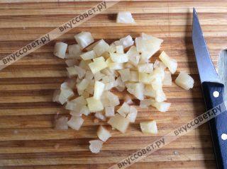 В это время нарезаем кусочки ананаса небольшими квадратиками