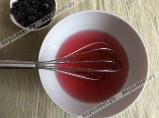 Желе заливаем кипятком и хорошо перемешиваем 1-2 минуты, до полного растворения