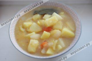 Рагу из картофеля отлично сочетается с котлетами или тушеным мясом