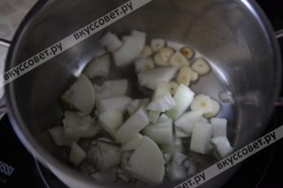 Разогреваем оливковое масло в кастрюле и обжариваем лук и чеснок до золотистого цвета