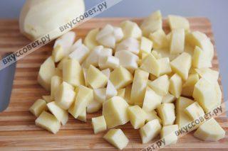 Картофель чистим и нарезаем крупными кусочками