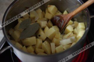 Добавляем к луку и чесноку картофель, тушим 1-2 минуты