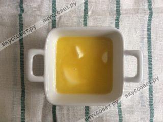 Сливочное масло растапливаем в микроволновой печи до жидкого состояния