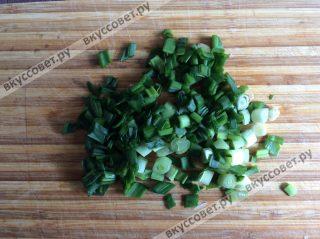 Зеленый лук моем и нарезаем