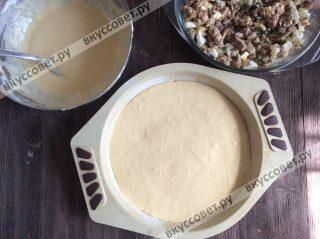 Форму для пирога смазываем сливочным маслом и посыпаем мукой