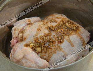 Мне курицу удобнее намазывать в глубокой емкости, кому-то возможно на плоской, все зависит от вкуса и привычек
