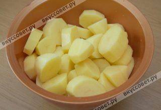 Пока курица пропитывается, чищу и мою картофель
