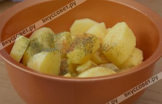 Очищенный картофель нарезаю крупными дольками, солю и перчу по вкусу