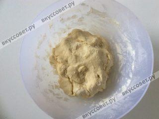 Замешиваем эластичное тесто и убираем его в холодильник на 30 минут
