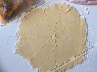 Посыпаем стол мукой и раскатываем тесто в тонкий пласт