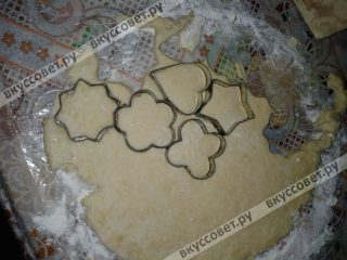 Вырезать с помощью формочек печенье