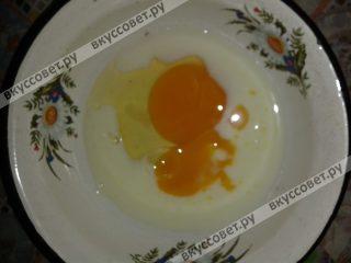 Яйцо взбить в отдельной миске с молоком