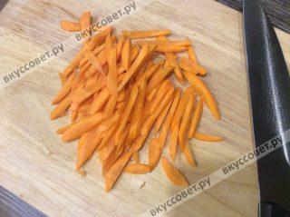 Морковь чистим и нарезаем тонкой соломкой, как на фото