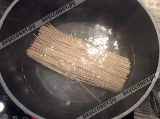 В горячей соленой воде отвариваем лапшу собу до готовности