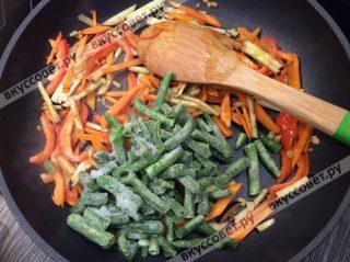 Следом добавляем порезанный баклажан и зеленую фасоль (можно прям замороженную)