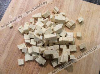 Сыр тофу нарезаем небольшими кубиками