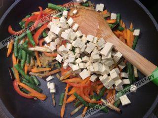 Добавляем сыр к овощам и обжариваем 2-3 минуты