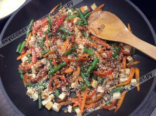 Готовые овощи поливаем соусом терияки и посыпаем кунжутными семенами