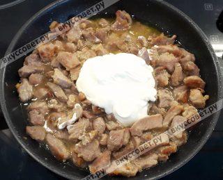 Разогреть в чистой глубокой сковородке растительное масло и обжарить мясо