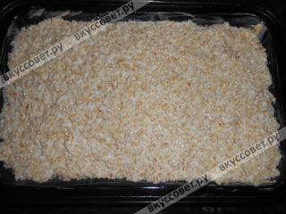Выложить в смазанную сливочным маслом форму, поверхность разровнять